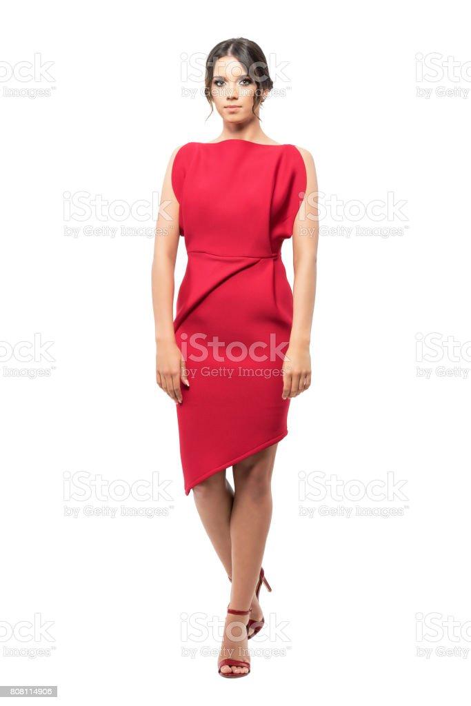 Photo Libre De Droit De Femme Glamour En Robe De Soiree Rouge Debout Avec Les Jambes Croisees Banque D Images Et Plus D Images Libres De Droit De A La Mode Istock