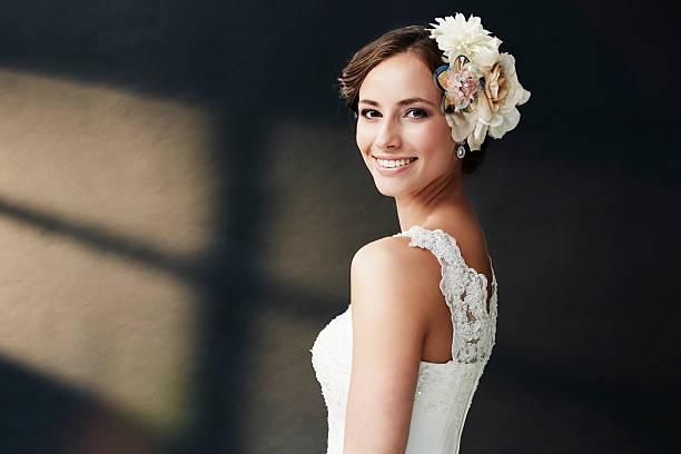 czarujący młody panna młoda w sukni ślubnej, uśmiechać się - panna młoda zdjęcia i obrazy z banku zdjęć