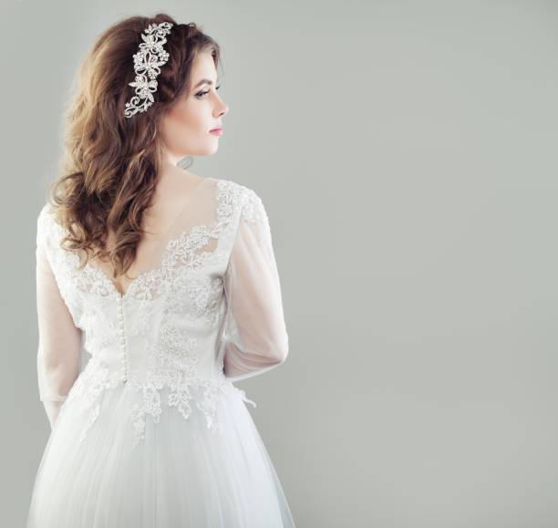 glamourösen braut junge frau im weißen brautkleid, weibliche zurück und profil - hochzeitsfrisur boho stock-fotos und bilder