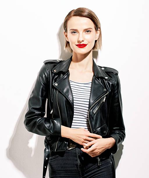 glamouröse junge frau im schwarzem lederjacke auf weißem hintergrund - damenjacken stock-fotos und bilder