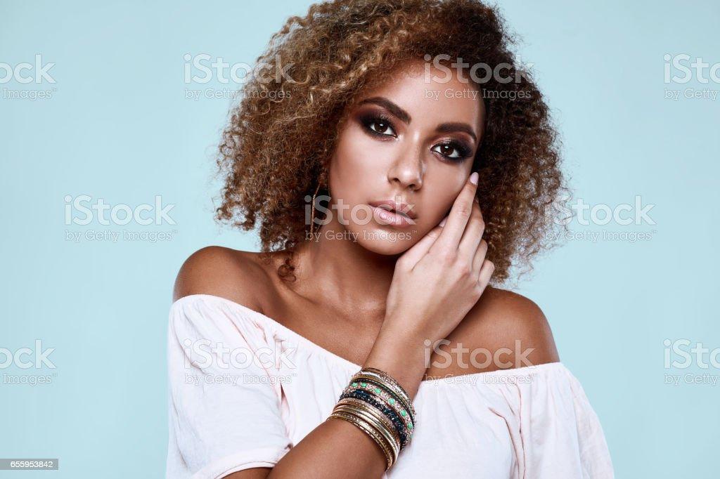 Modelo de glamour hippie preto elegante mulher com cabelos cacheados - foto de acervo