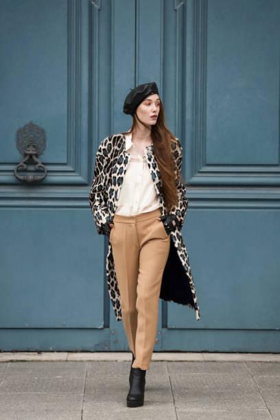 glamour fashion retrato de joven elegante mujer. - moda parisina fotografías e imágenes de stock