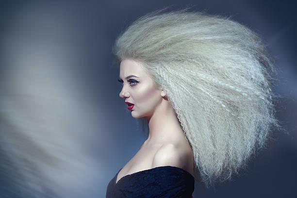 acconciatura glamour con grandi volumi - capelli voluminosi foto e immagini stock