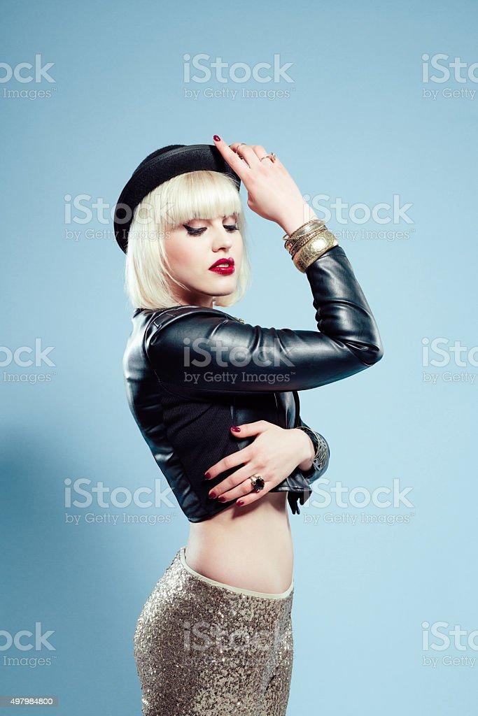 417d6c90f8ec1 Glamour Mujer Usar Chaqueta De Cuero Pantalones Dorados Y Bombín ...
