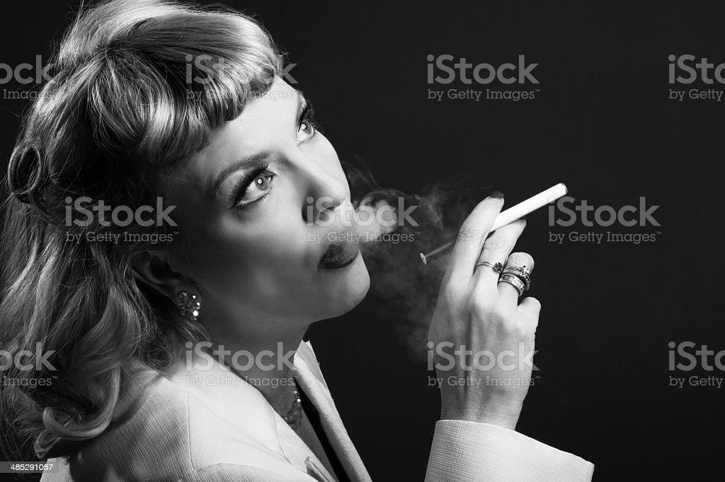 Glamouröse Ältere Frau Rauchen pensively. – Foto