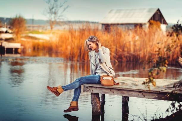 glamouröse porträt von die junge schöne frau in leder stiefel - leder handtaschen damen stock-fotos und bilder