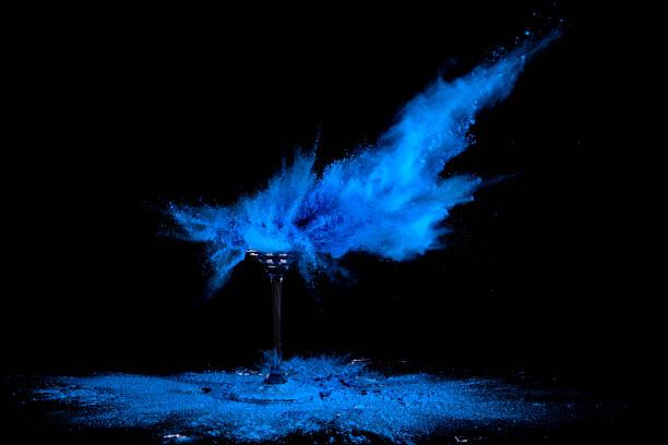 Glas Boom Glas mit Holi Pulver wird zerschossen colored powder stock pictures, royalty-free photos & images