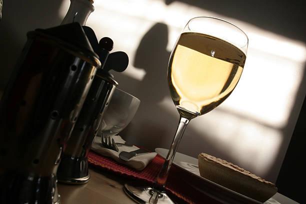 Glas Weißwein in Atmosphäre am Abend – Foto