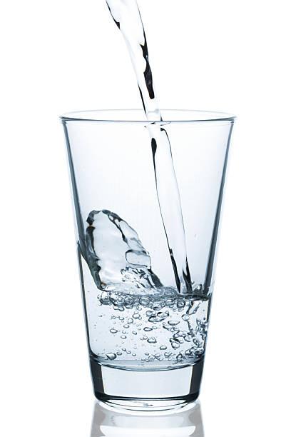 glas wasser eingießen - wasser stock pictures, royalty-free photos & images