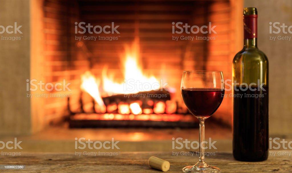 Un verre et une bouteille, fond de cheminée - Photo