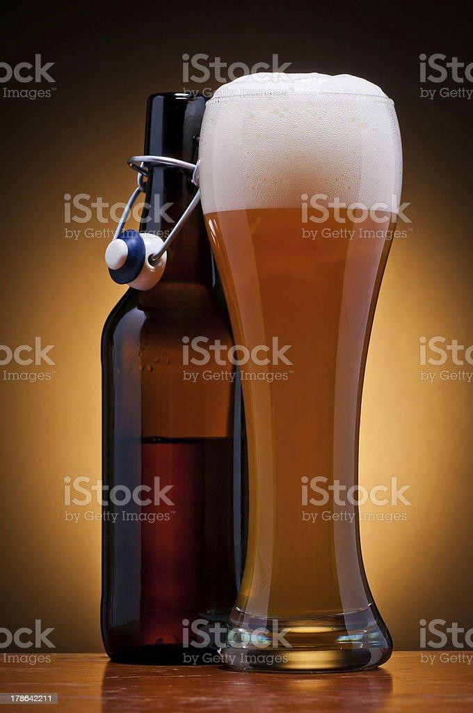 Glas und Flasche Bier – Foto