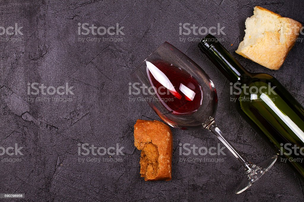 Glass and bottle of red wine and bread royaltyfri bildbanksbilder