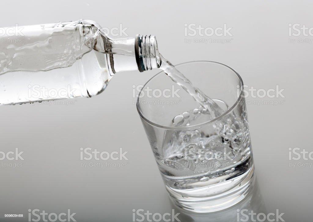 Vidrio y botella de agua sobre fondo blanco - Foto de stock de Agua libre de derechos
