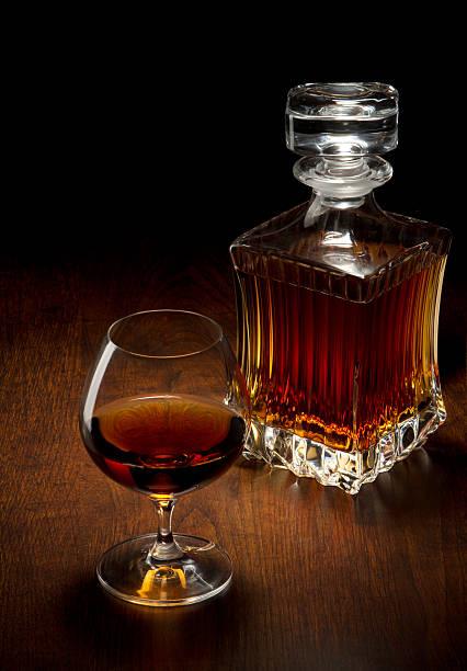 Glas und eine Flasche auf einem Holztisch – Foto