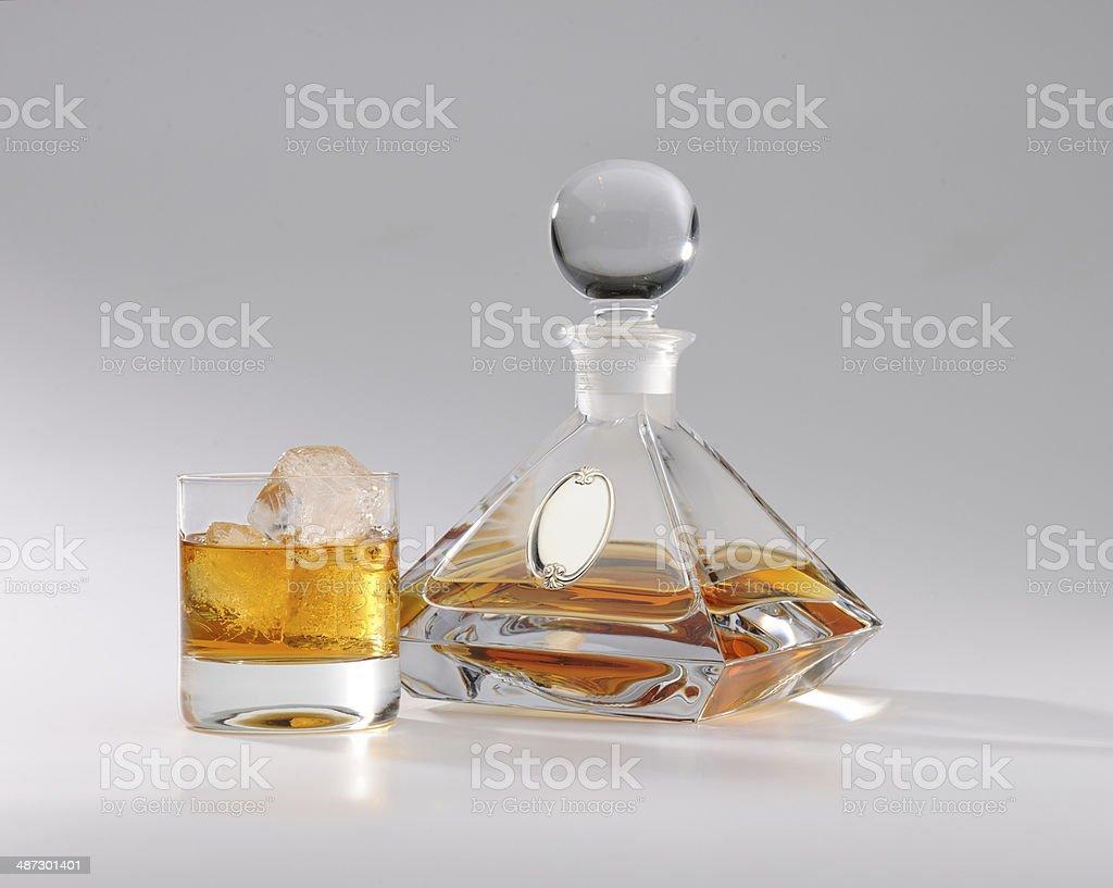 bicchiere e bottiglia con whisky royalty-free stock photo