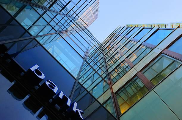 vetro e acciaio banca di edificio aziendale - banca foto e immagini stock