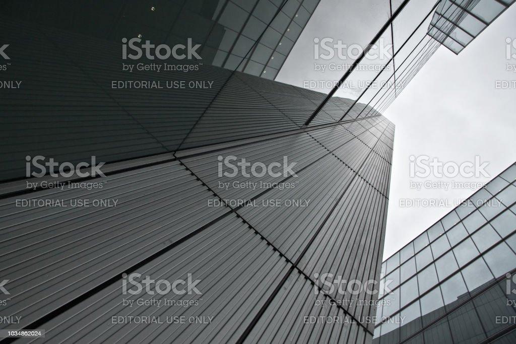Glas Und Stahl Buros Bedecktem Himmel Im Hintergrund