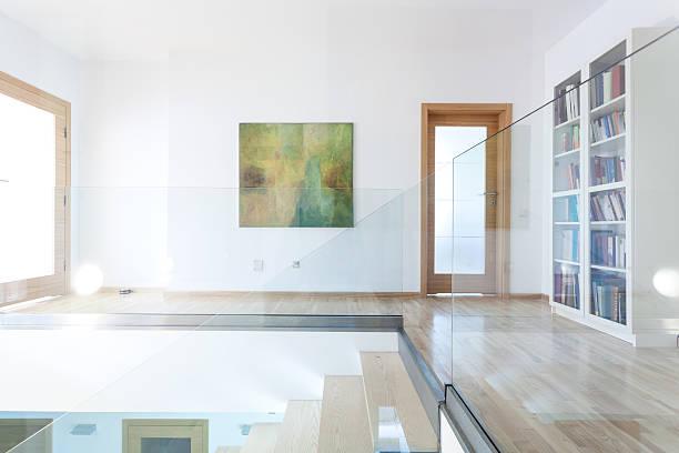 glas und hölzerne treppe im modernen interieur - bild wandtreppe stock-fotos und bilder