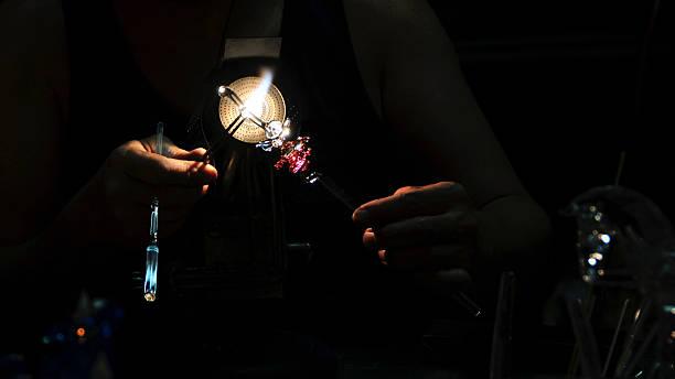 glas-künstler schaffen ein angle-denkmal - schmuck engel stock-fotos und bilder