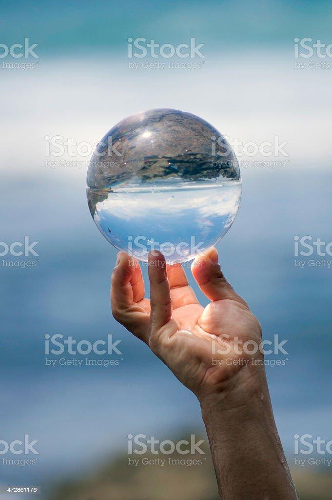 Boule en verre à la main. - Photo