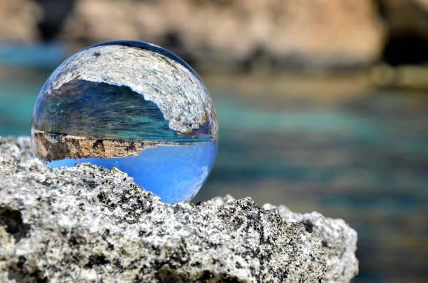 Glas Ball auf den Felsen – Foto