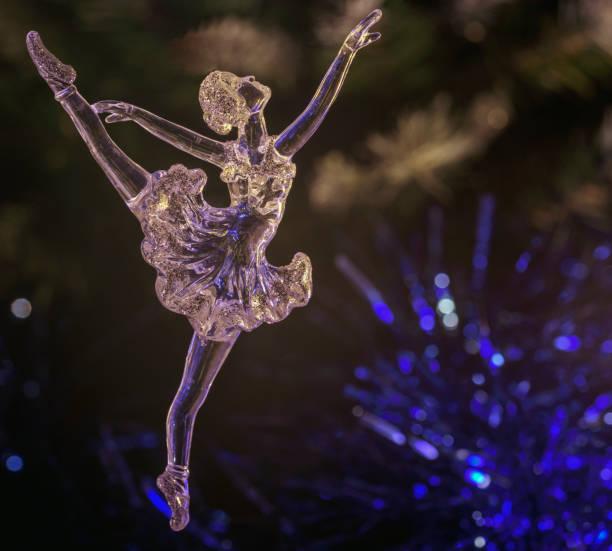 glas-ballett-tänzerin auf dunklem hintergrund. alten stil. selektiven fokus - glasskulpturen stock-fotos und bilder