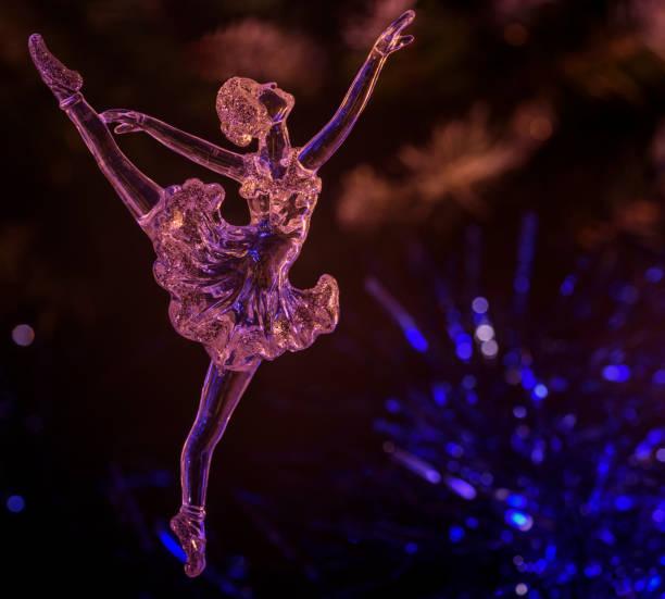 glas-ballett-tänzerin auf dunklem hintergrund - glasskulpturen stock-fotos und bilder