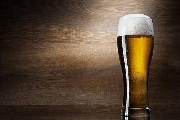 Glas Bier auf Holz Hintergrund mit copyspace – Foto