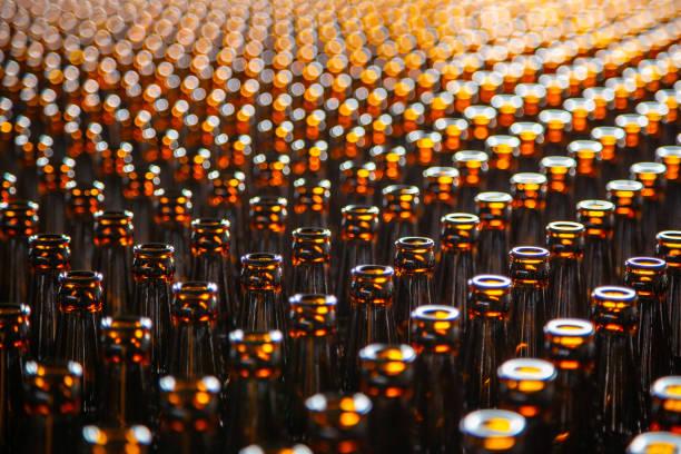 Glasflasche im Werk für die Produktion von Glasbehältern. Glas Flasche Textur – Foto