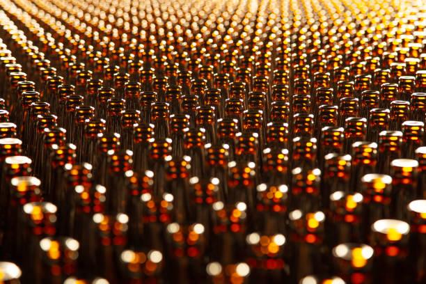 Glasflasche in der Fabrik für die Herstellung von Glasbehältern. Flaschentextur – Foto