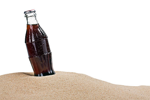 Glas cola-Flasche im sand – Foto