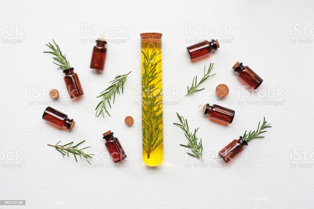 Glasflaska eterisk olja med rosmarin. - Royaltyfri Antiseptiskt medel Bildbanksbilder