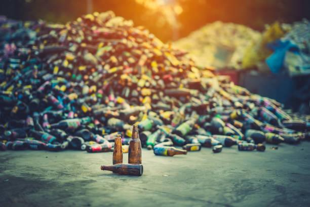 glas flasche stapel für die recycling-industrie - recycelte weinflaschen stock-fotos und bilder