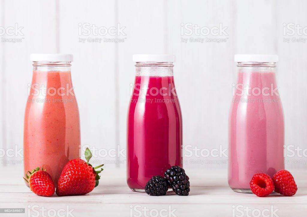 Bouteille en verre avec smoothie fruits frais d'été - Photo de Aliment libre de droits