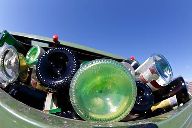 glas-flaschen für müll bin - recycelte weinflaschen stock-fotos und bilder