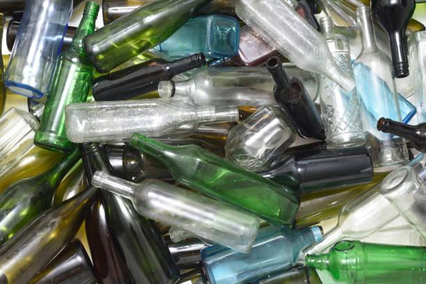 Botellas de vidrio dentro de un contenedor de vidrio - foto de stock