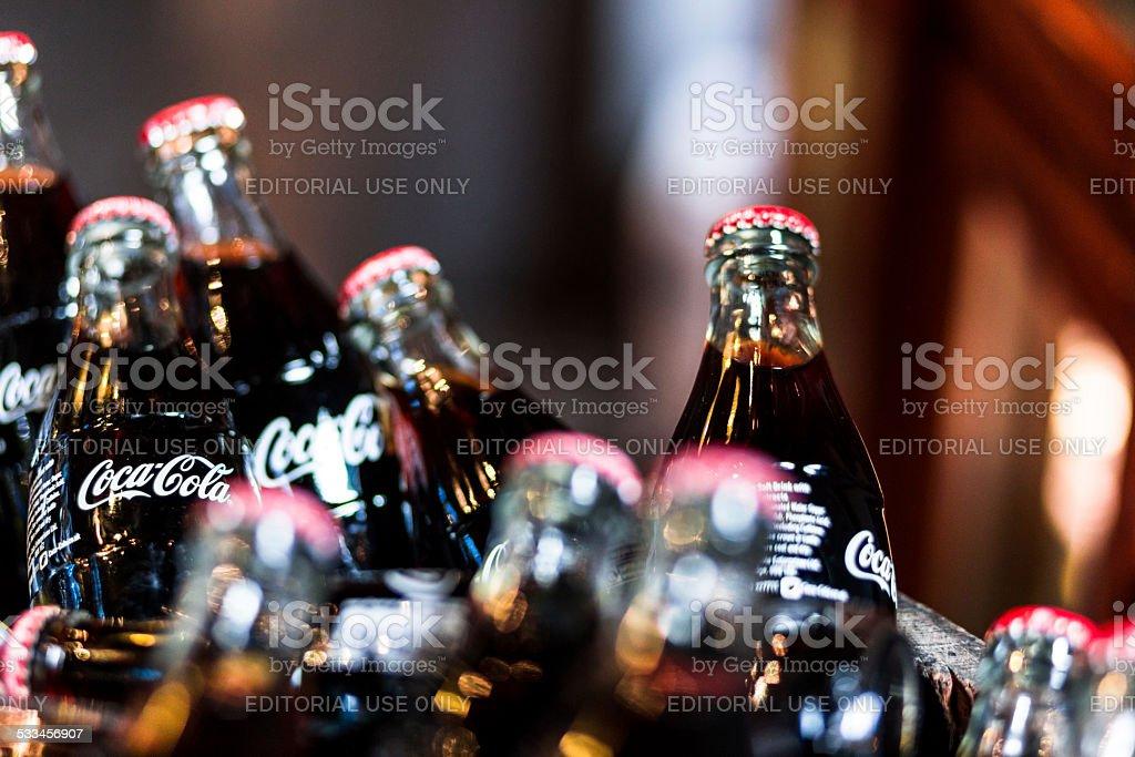 Frascos de vidrio de Coca Cola a Borough mercado, Londres, Reino Unido - foto de stock
