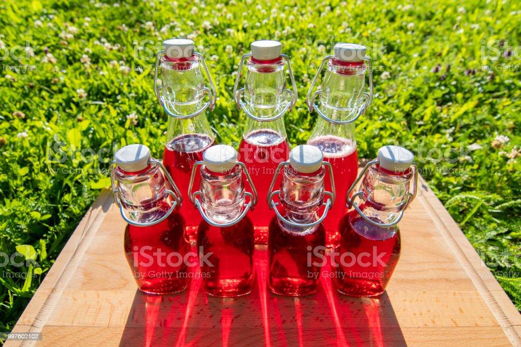 Glasflaschen von selbstgemachten Kirschsaft – Foto