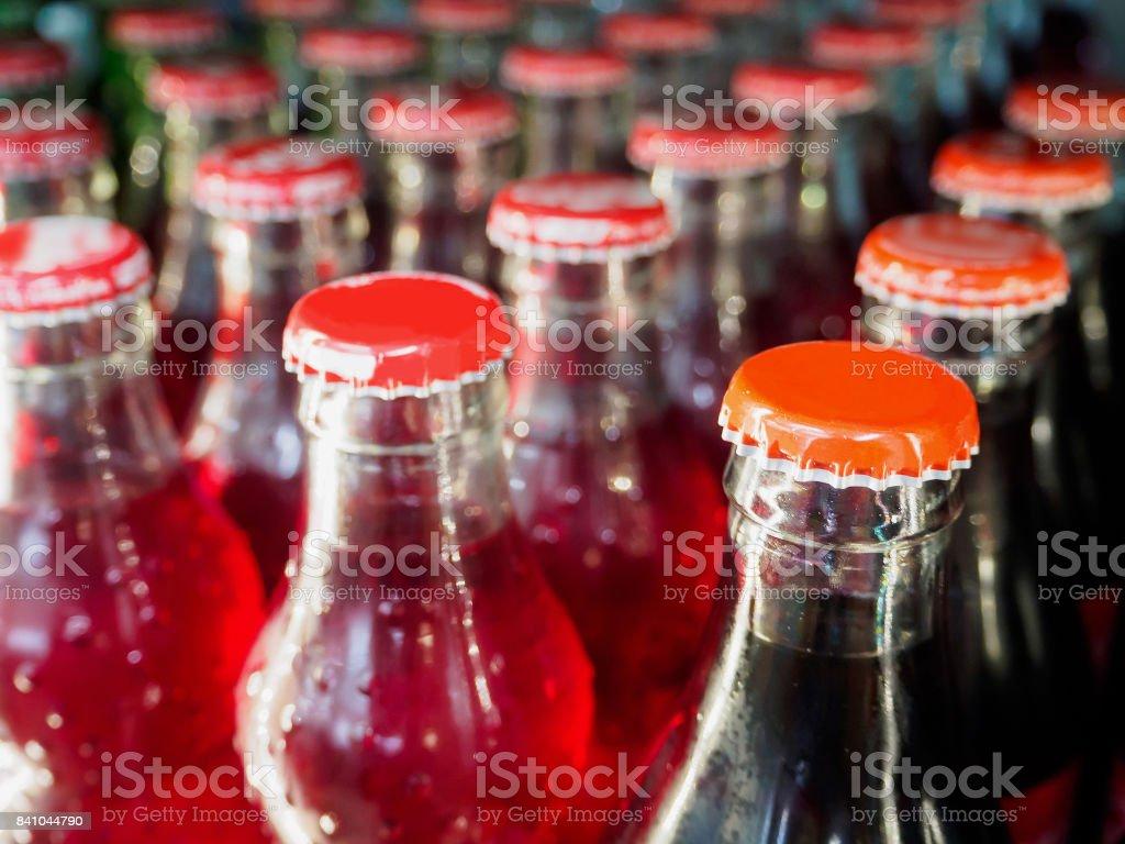 botellas de vidrio con fondo de refrescos - foto de stock