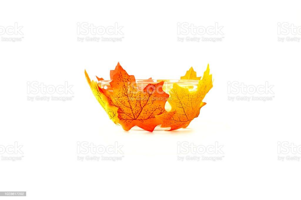 Glasschale dekoriert mit künstlichen Herbstlaub auf weiß – Foto