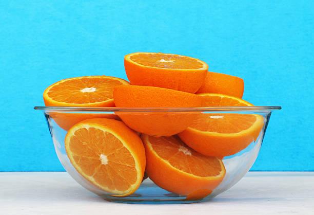 Glass bowl full of oranges split in two – Foto