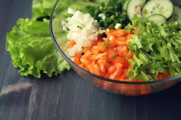 Glasschale mit geschnittenen Gemüse für einen Salat. – Foto