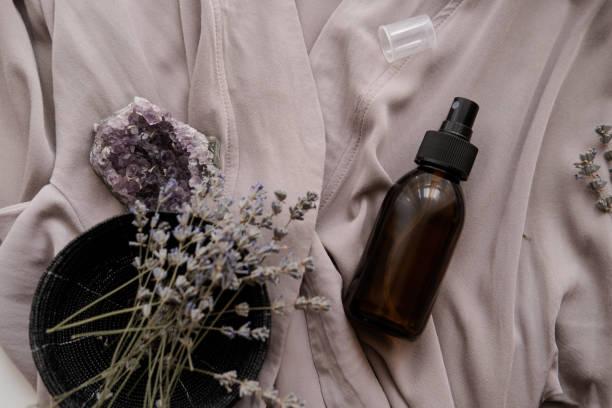 bottiglia marrone vetro con cosmetici biologici - spruzzo profumo foto e immagini stock