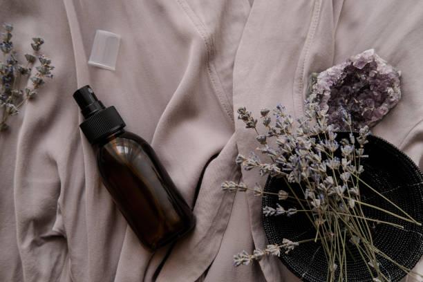 オーガニック化粧品入りガラスブラウンボトル - 芳香 ストックフォトと画像