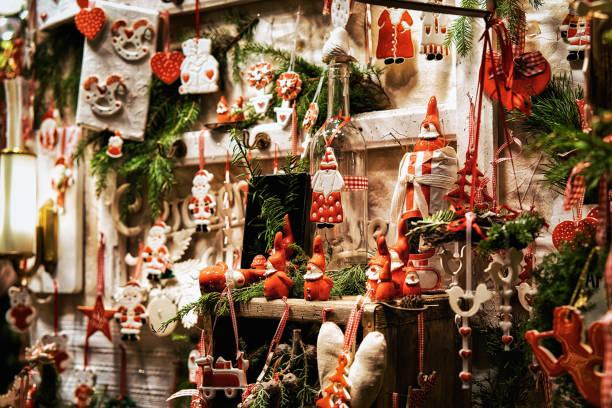 glas christbaumschmuck am nachtmarkt in gendarmenmarkt berlin - weihnachtsmarkt am gendarmenmarkt stock-fotos und bilder