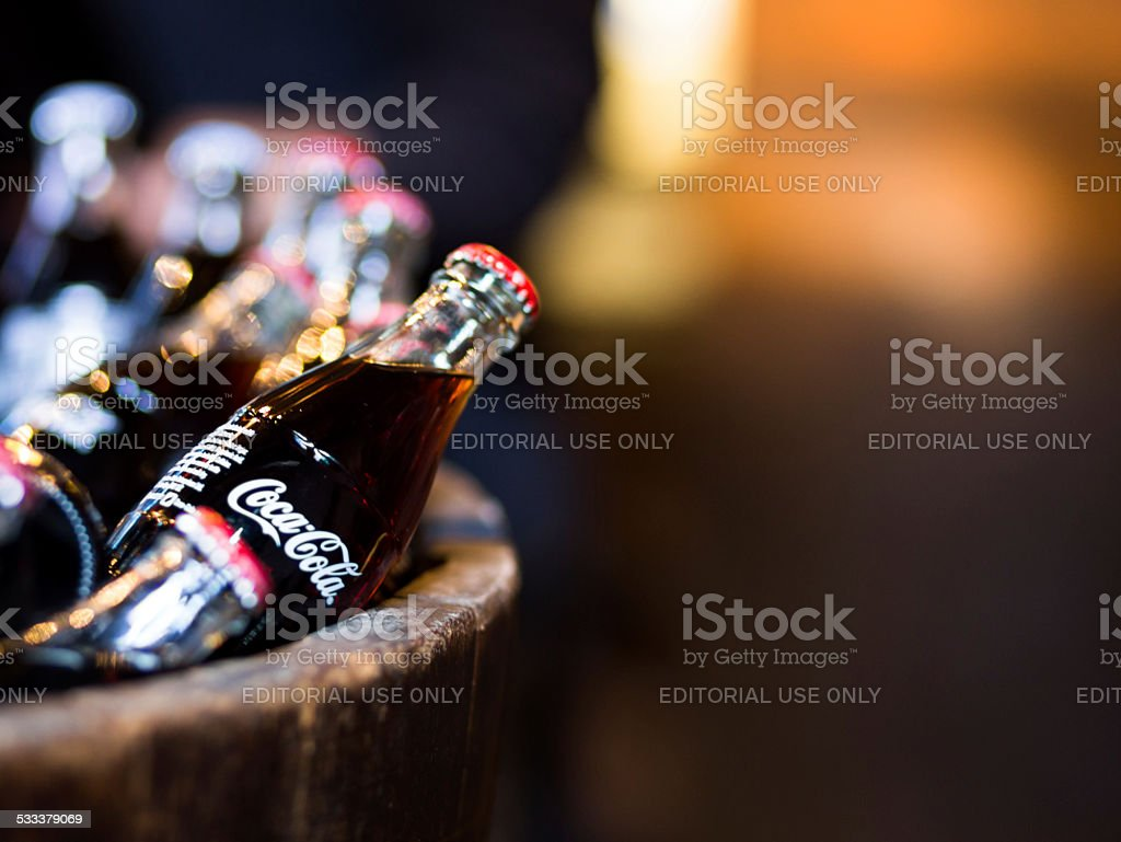 Coca Cola frascos de vidrio de cilindro de madera, Borough mercado, London - foto de stock