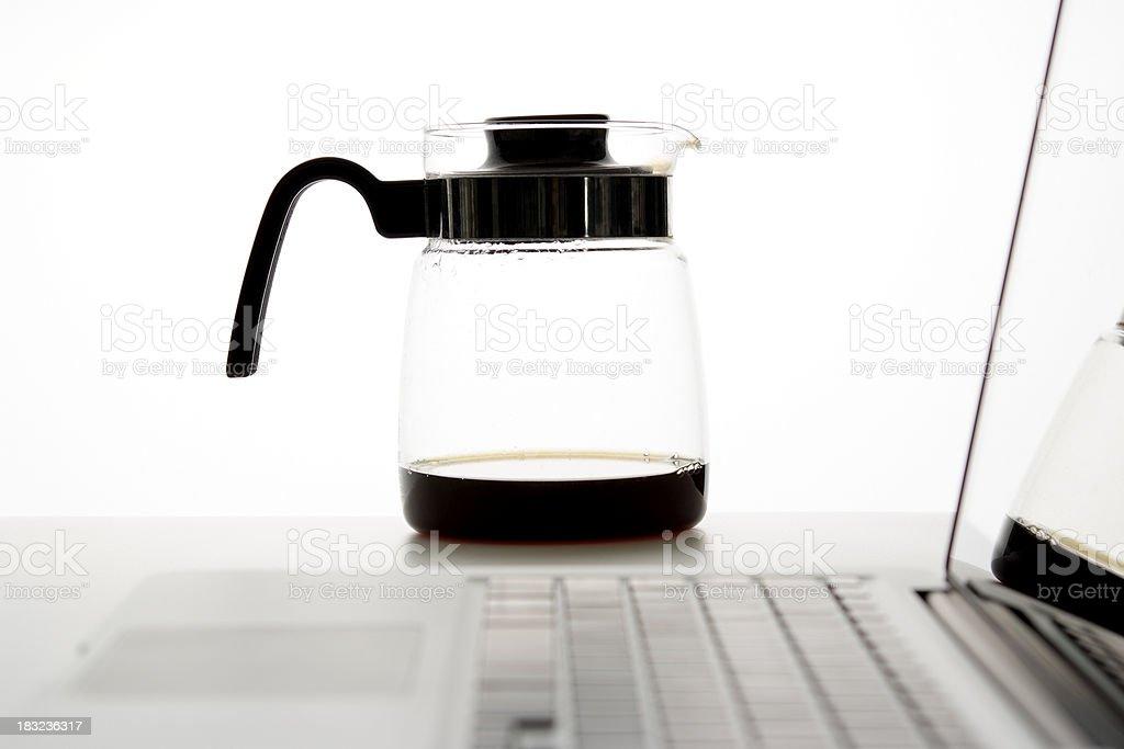 Glas Kaffee-Karaffe mit laptop vor weißem Hintergrund – Foto