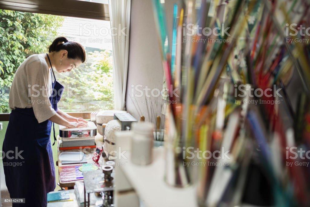 在家裡製作工作室的玻璃工藝演出者圖像檔