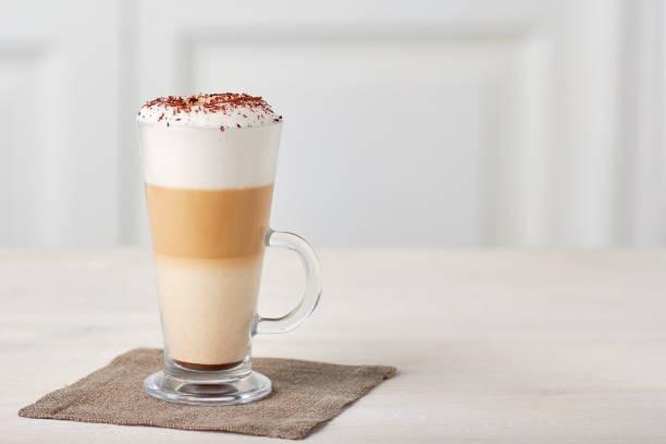 glastasse kaffee latte auf holztisch - mocca stock-fotos und bilder