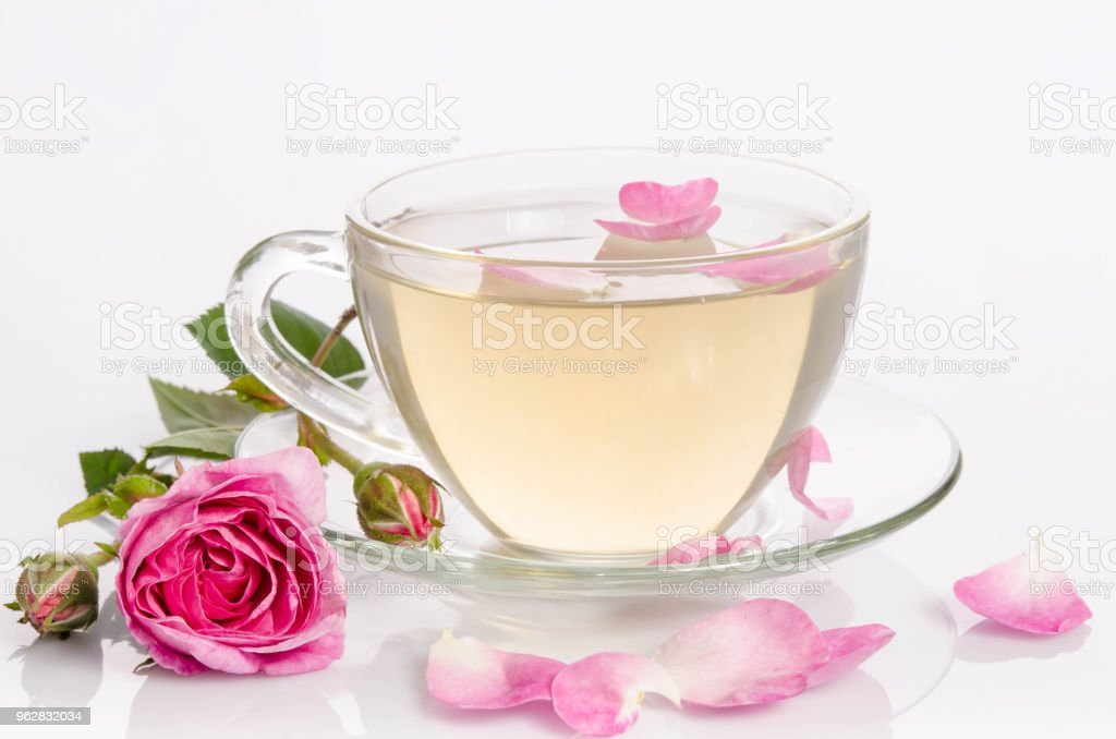 Glass cup of Tea with roses and petals - Foto stock royalty-free di Alimentazione sana